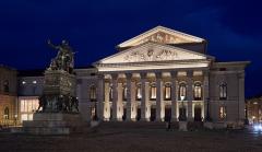 Nationaltheater München mit der Statue von Maximilian I