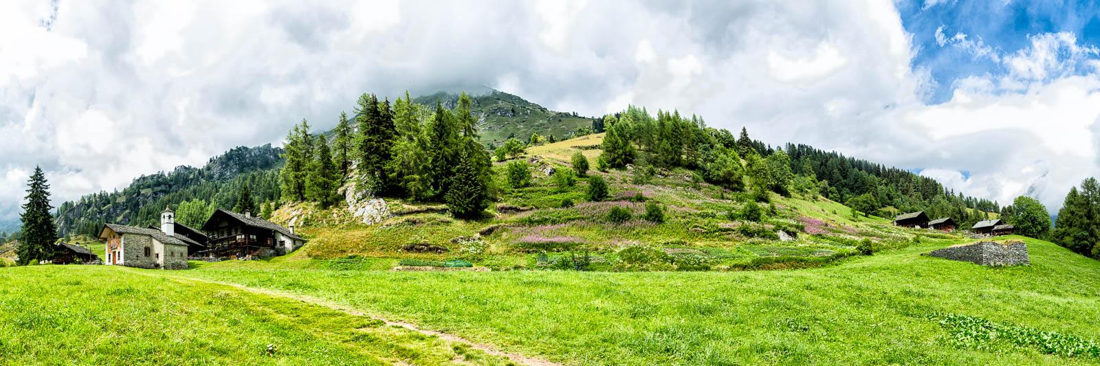 Panoramasicht auf Weiler im Valle d'Otro